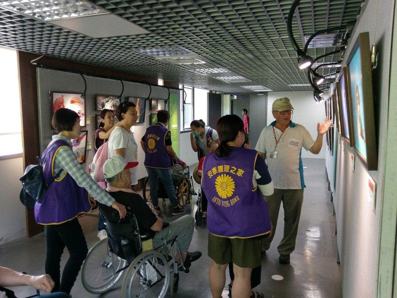 朱永源在海科館當導覽志工,他十分親切,解說引人入勝。圖/牛永源提供