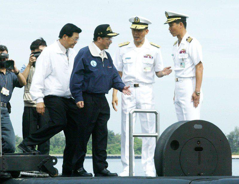 陳水扁總統7月29日上午九時帶領媒體乘坐潛艦和水面艦出海進行海空聯合反潛操演,全部過程有嚴密安全措施,於左營外海實施,歷時二個半小時。圖/聯合報系資料照片