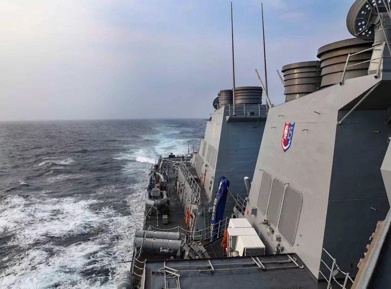 美國海軍第七艦隊勃克級驅逐艦班福德號(USS Benfold)28日穿越台海。(...