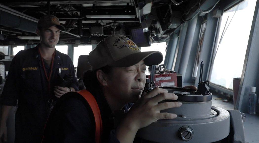 第七艦隊今透過網路社群以「第七艦隊驅逐艦過台灣海峽」為題貼文披露多幀艦上官兵在艦...