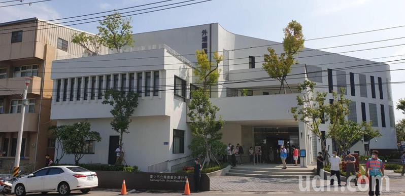台中市立圖書館外埔分館今天完工開館,被稱為「外埔小白宮」。記者游振昇/攝影