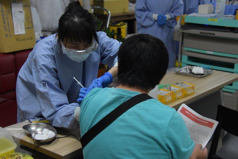 部分縣市面臨數位落差,長者網路預約疫苗有困難。報系資料照