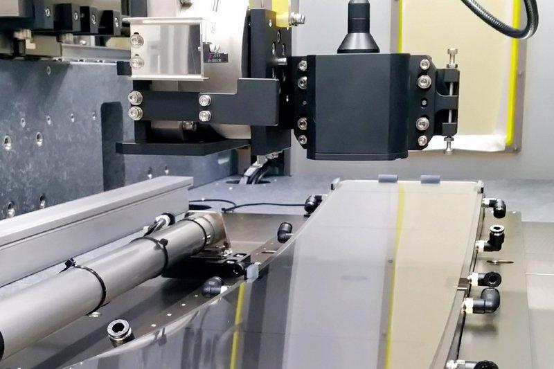 工研院利用雷射3D掃描感測器科專研發成果,協助盟立完成「車載3D曲面儀表玻璃量測技術」,採用運動平台搭配雷射光學深度感測器,可依據玻璃的尺寸彈性化的擷取表面輪廓資料,每一片曲面玻璃的量測時間僅需3分鐘。圖/工研院提供