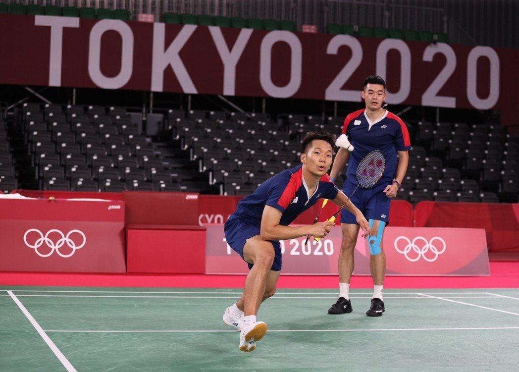 李洋(左)和王齊麟勇闖東京奧運男雙4強,成為第一組闖進奧運羽球4強的台灣羽將。特