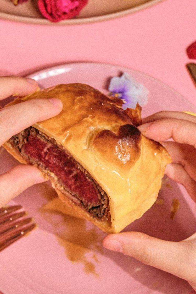 威靈頓牛排上的心型酥皮,令人會心一笑。圖/摘自FoodGo Box官網。提醒您:...