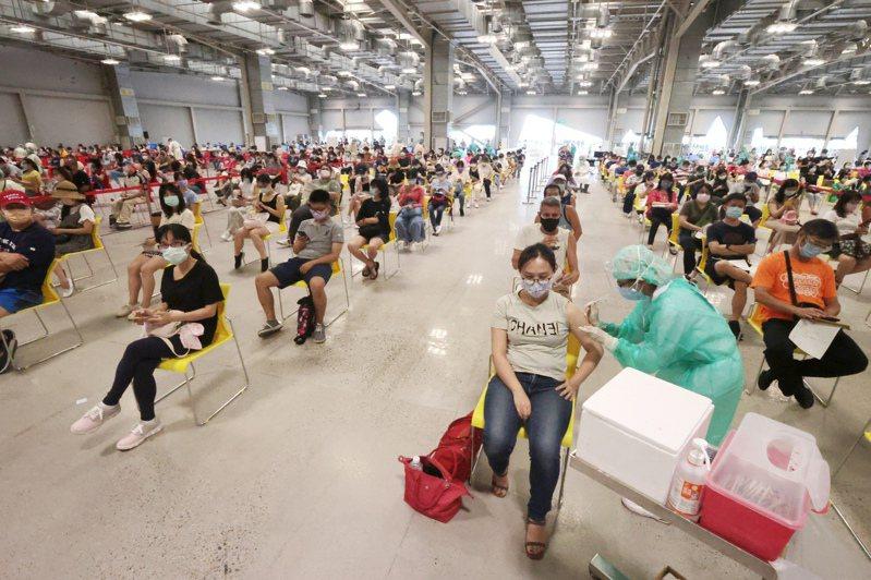 指揮中心指揮官陳時中今天下午公布,目前為止,累計接種758萬8692人次,疫苗涵蓋率30.97%,劑次人口比32.31(劑/每百人)。記者蘇健忠/攝影