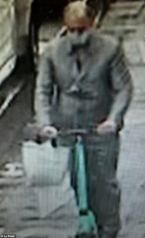 法國巴黎27日下午發生搶匪從奢侈品店劫走價值高達300萬歐元的珠寶,隨後騎著電動...