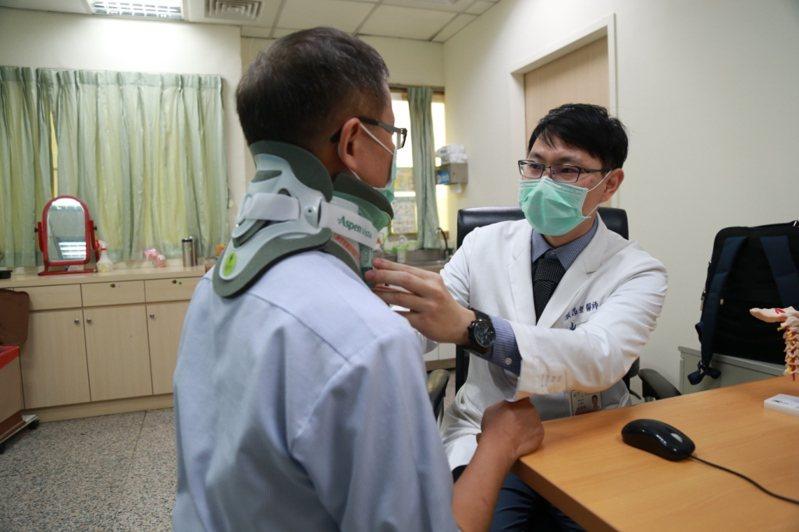 麻豆新樓醫院神經外科醫師張昂傑協助頸椎椎間盤突出病人。圖/麻豆新樓醫院提供