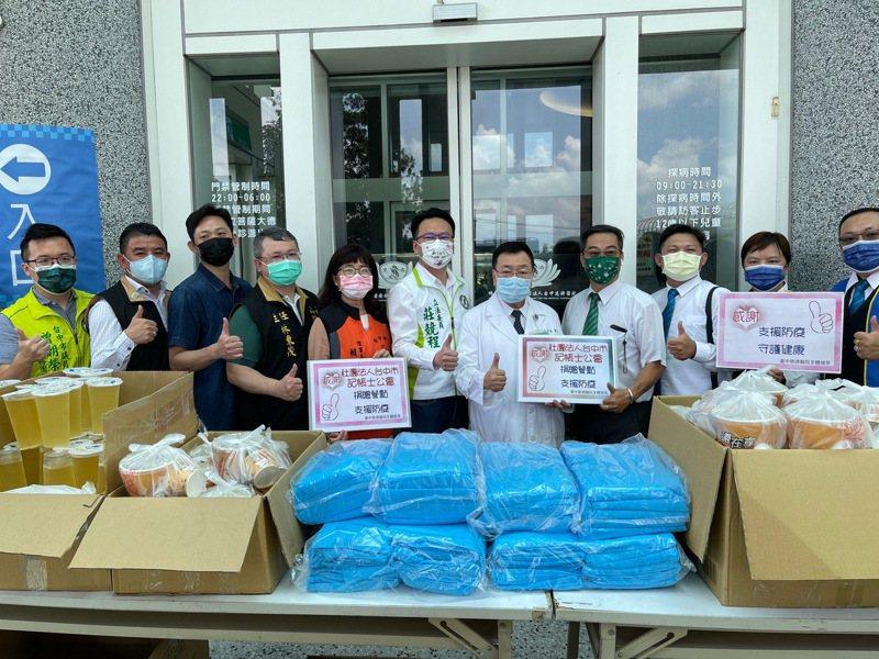在立委莊競程、中市議員曾朝榮媒合下,多家業者今日捐贈200件防護衣與100份愛心火鍋套餐、飲料給台中慈濟醫院醫護人員。圖/民眾提供