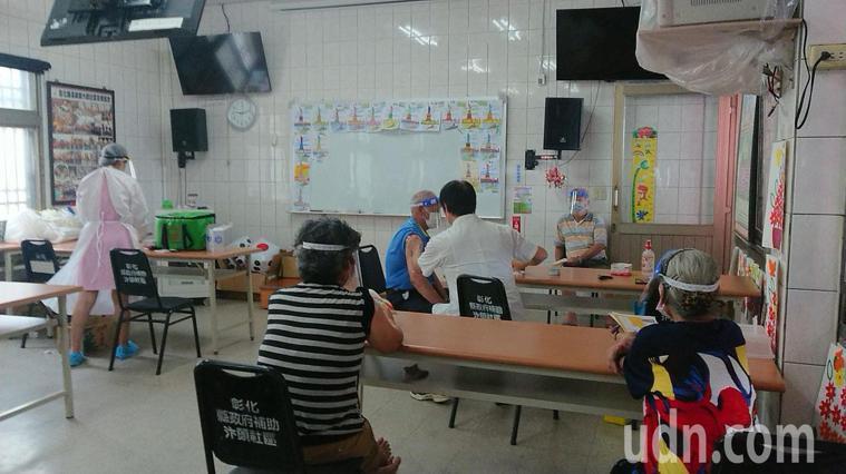 彰化縣75歲以上長者幾乎是村里長通知注射新冠肺炎疫苗。記者簡慧珍/攝影
