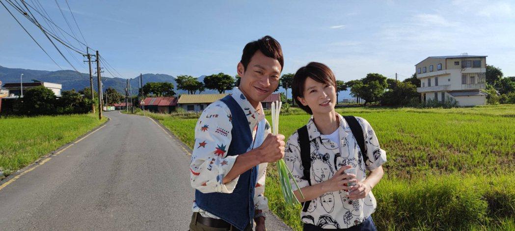 張哲豪(左)、楚宣到宜蘭三星蔥田拍攝外景。圖/民視提供