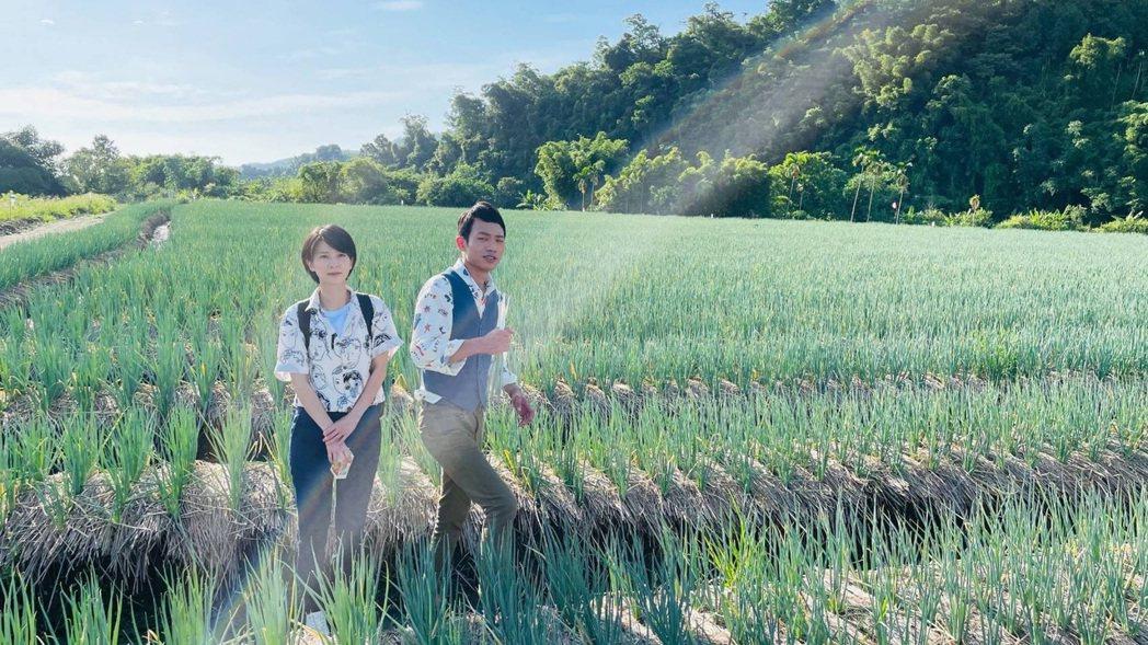張哲豪(右)、楚宣到宜蘭三星蔥田拍攝外景。圖/民視提供