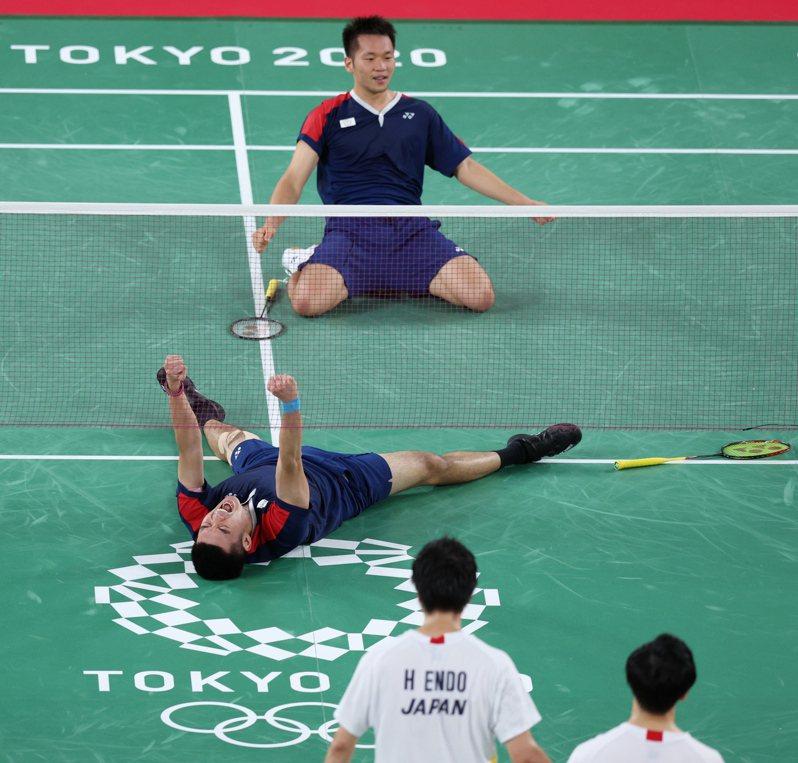 王齊麟(前)和李洋拍下地主強敵,成第一組晉級奧運4強的中華羽將。特派記者余承翰/攝影