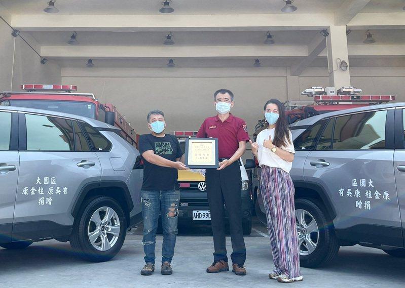 桃園市大園區康金柱、康吳有夫妻的家屬代表捐贈2輛消防勤務車救災,消防局第三大隊長殷明坤代表受贈和感謝。圖/大園分隊提供