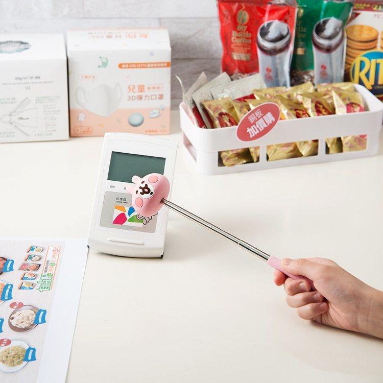 悠遊卡推出首款伸縮棒悠遊卡,遠遠伸手就能感應得到。圖/悠遊卡公司提供