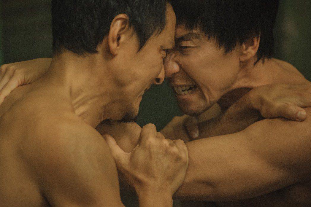 吳彥祖(左)與影帝王千源(右)上演半裸澡堂肉搏戰。圖/華映提供