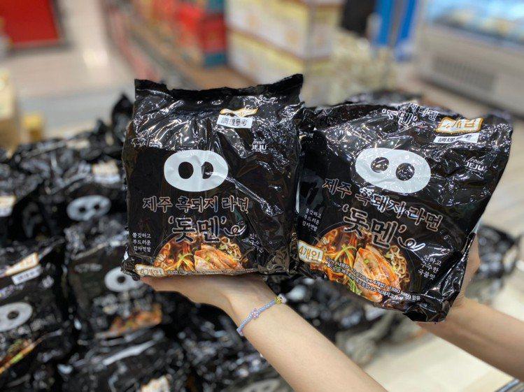 濟州島黑豬肉泡麵,特價買1送1。圖/新光三越提供