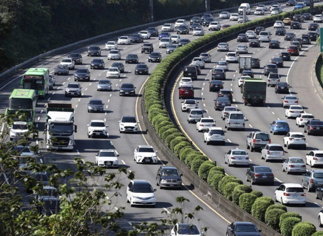 交通部高公局說,8月1日起,國5恢復周日北上常態性高乘載管制。本報資料照片