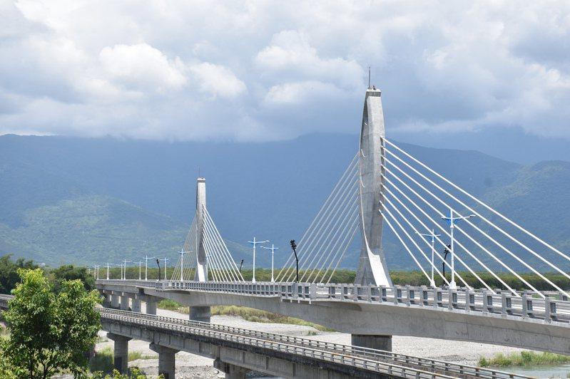 花蓮鳳林鎮箭瑛大橋改建完工,長960公尺、寬9公尺,雙手合十的橋塔造型,象徵2位犧牲的老師守護通行的人車。記者王思慧/攝影