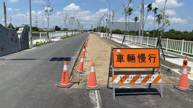 彰化縣社頭鄉雙義路第一期拓寬工程未完工,民眾通行不方便。圖/本報讀者提供
