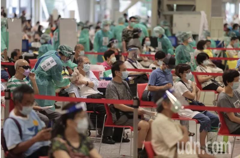 蔡炳坤表示,許多補習業者期待接種,北市衡酌所剩疫苗有限,由於萬華地區風險高,預計先安排位於在萬華地區的業者接種。聯合報系資料照。