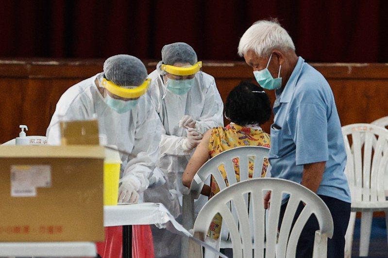 台中市民怨中央疫苗預約系統霧煞煞。圖/聯合報系照片