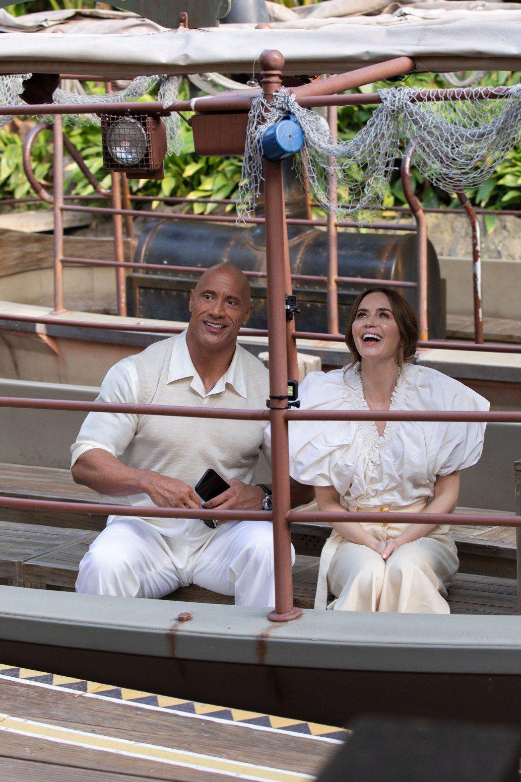 巨石強森(左)與艾蜜莉布朗特日前出席在迪士尼樂園舉辦的「叢林奇航」首映會,並一起...
