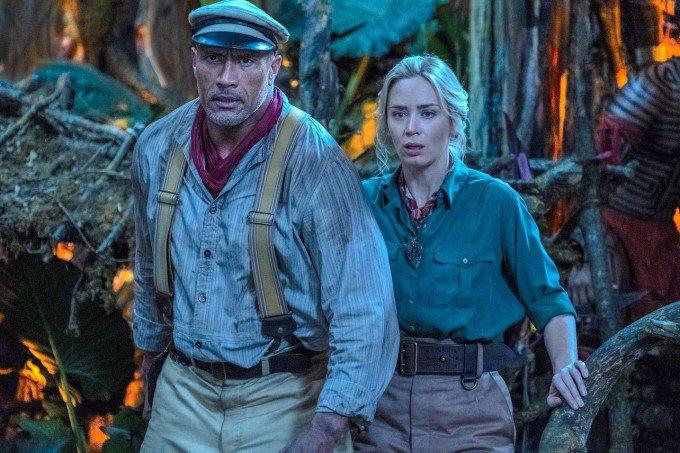 巨石強森(左)、艾蜜莉布朗特在「叢林奇航」展開奇幻冒險。圖/迪士尼提供