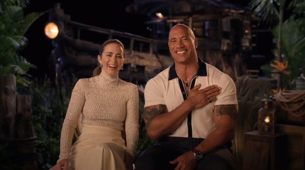 巨石強森(右)與艾蜜莉布朗特在新片「叢林奇航」默契十足,互動非常搞笑。圖/迪士尼...
