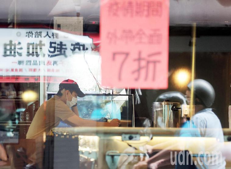 疫情趨緩中央訂出降級解封指引,台北東區巷弄內的餐飲業打出各式外帶折扣吸引消費者上...