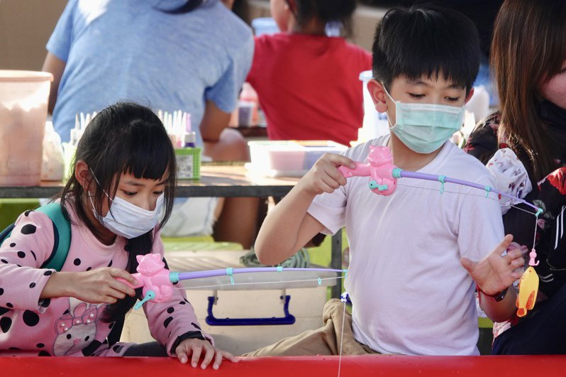 疫情之下小朋友都要戴口罩,發燒、感冒少了,兒科門診業務量也大幅下滑,成為疫情下的受災戶。圖/聯合報系資料照片