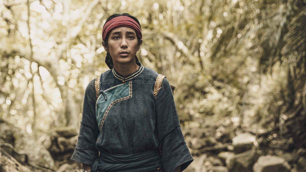 温貞菱在「斯卡羅」劇中的隨身竹簍裡塞石頭,真實感受背負的重量。圖/公視提供