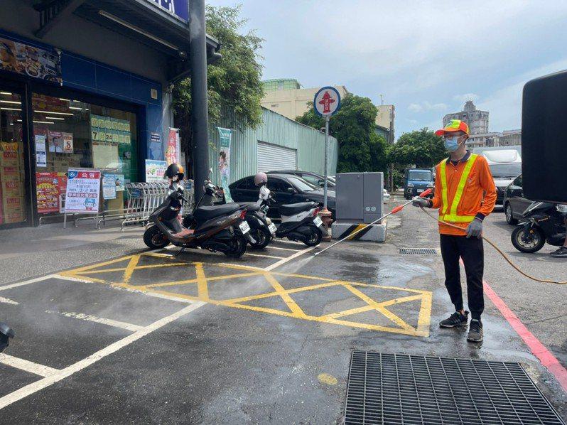 嘉義市昨天新增1名30多歲男子確診,本月25日及27日曾去西區超市,昨立即清消。圖/嘉義市政府提供