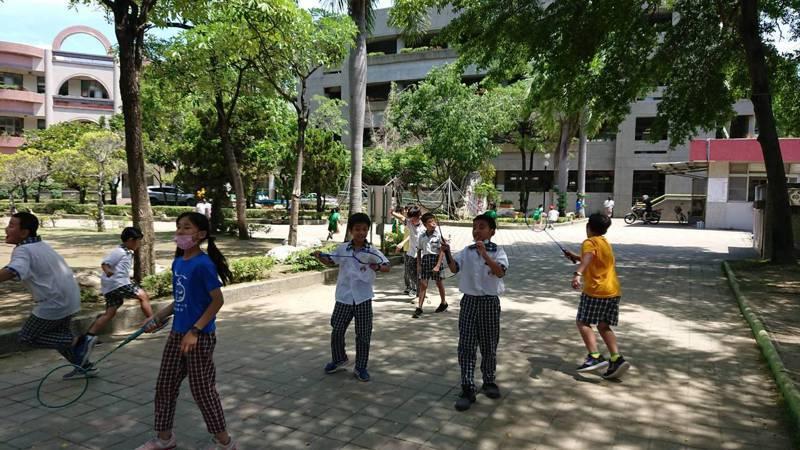 台南市日新國小下課時段鼓勵學生運動,讓眼睛休息,降低視力不良率。記者鄭惠仁/攝影