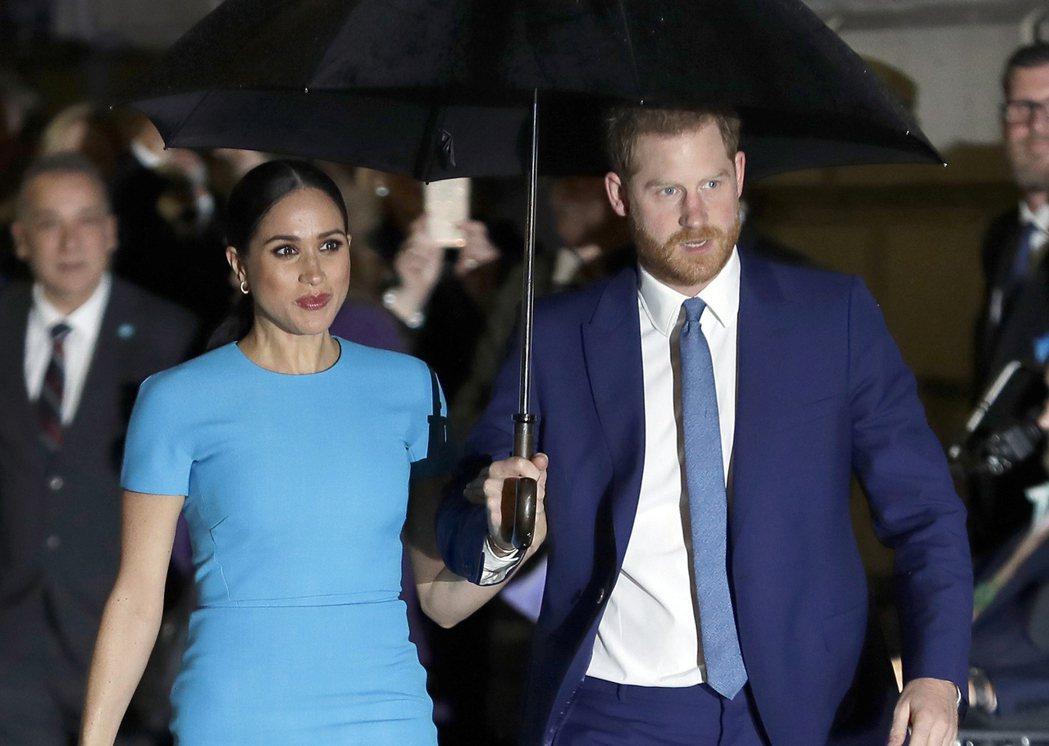 英國哈利王子(右)和夫人梅根(左)。美聯社