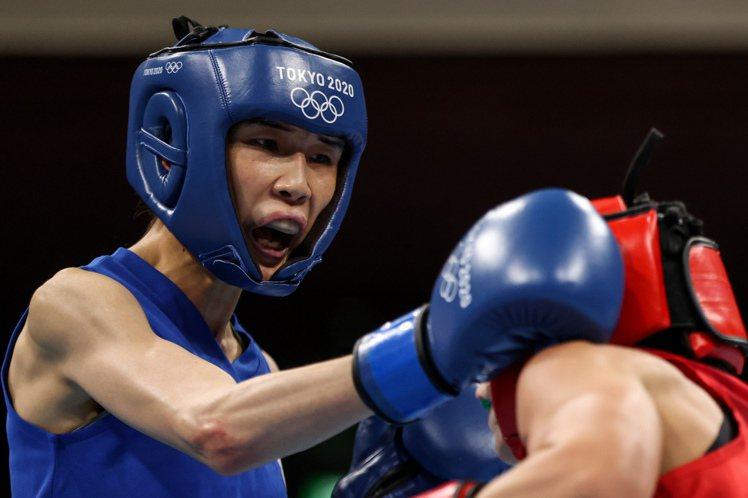 奧運拳擊五十一公斤級,黃筱雯(左)痛擊對手,闖進八強。(新華社)