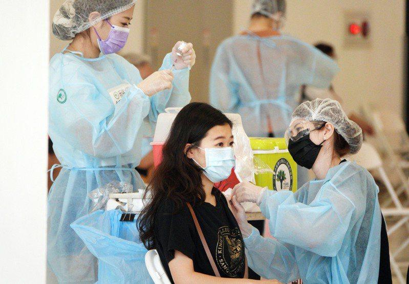 台灣各縣市陸續施打疫苗,提升覆蓋率。記者劉學聖/攝影