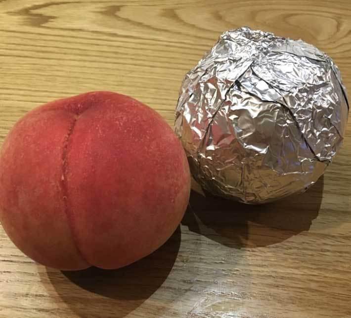 日本網友分享,只要用鋁箔紙包住水蜜桃並妥善放置,就能增長保存期限。圖擷取自twitter