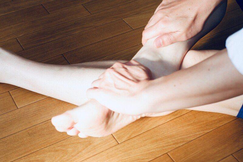 懷孕期間的婦女,還有年紀大的長輩們發生夜間腿抽筋的比率較高。 圖/張軒彬的脊骨神...