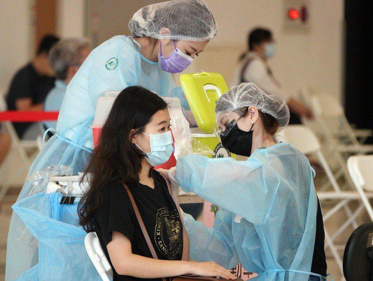 圖為高市教育人員施打疫苗。記者劉學聖/攝影