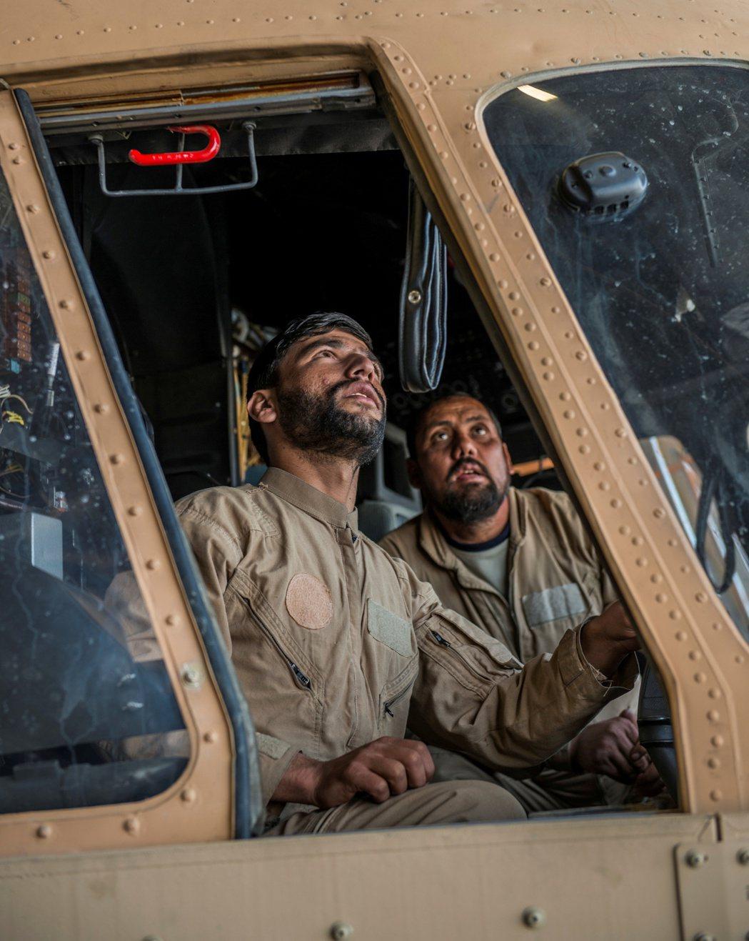 2017年,阿富汗空軍成員正接受Mi-17直升機的駕駛艙內訓練。 圖/路透社