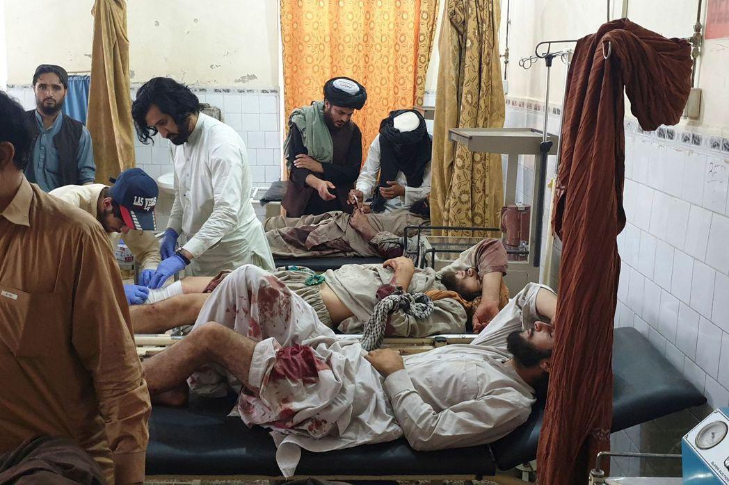 圖為7月16日,當地一家醫院治療在阿富汗軍隊與塔利班戰鬥中受傷的男子。 圖/法新...