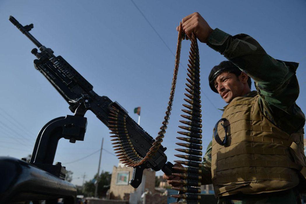 在檢查站守衛的阿富汗士兵。 圖/法新社