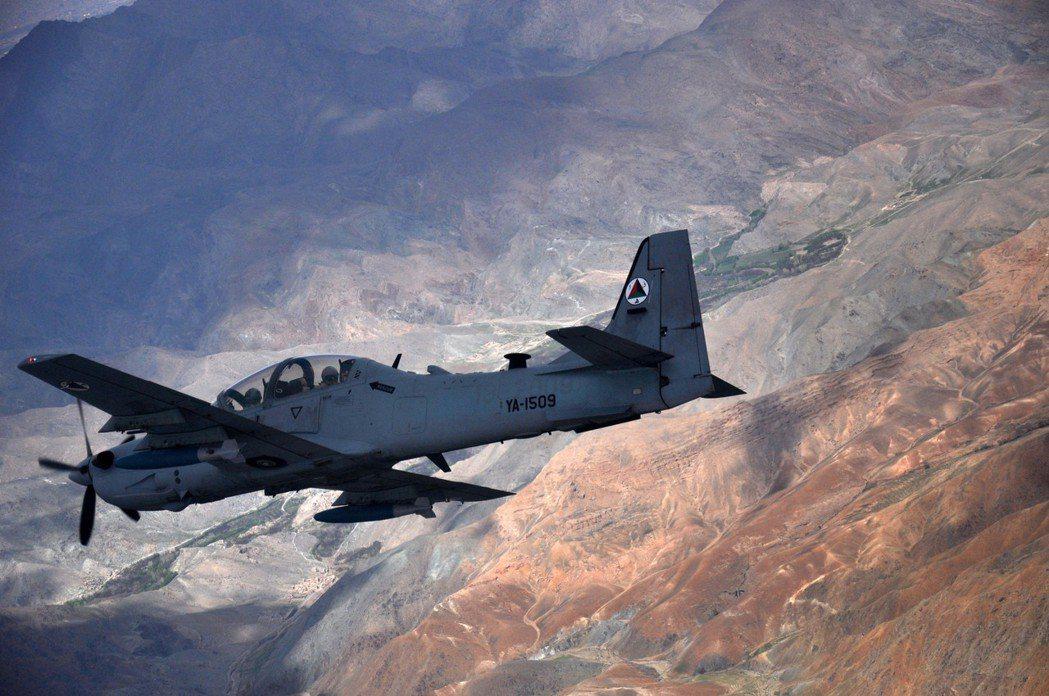 2016 年,一架 A-29大嘴鳥攻擊機在訓練期間飛越阿富汗。 圖/美國空軍
