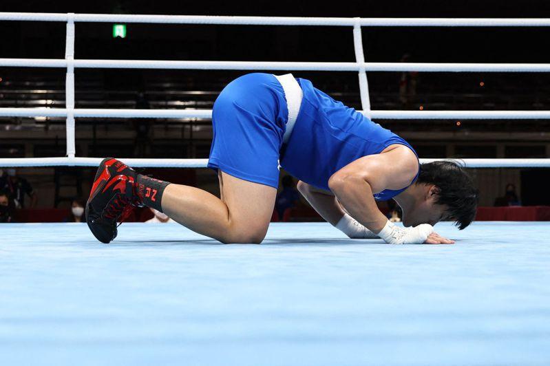 中華隊拳擊陳念琴出局後跪地親吻擂台。 法新社