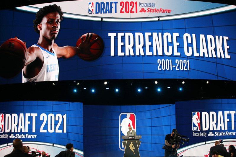 本有意參加NBA因車禍過世的年輕好手克拉克意外驟逝,聯盟特地安排暖心橋段。 路透社