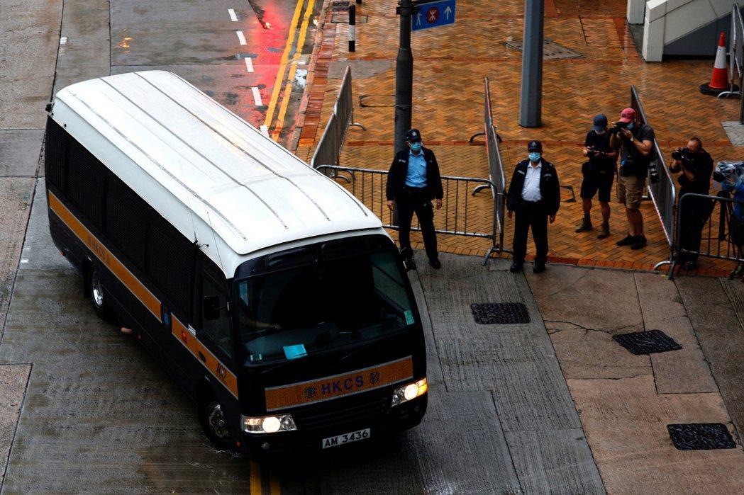 坐上囚車抵達法院的唐英傑。 圖/路透社