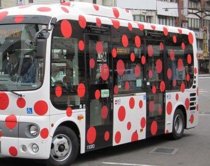 日本松本市請來前衛藝術家草間彌生設計公車,以象徵愛與和平的紅斑點為主要造型,但卻遭市民吐槽「像是染上了重病」一樣。圖擷取自twitter