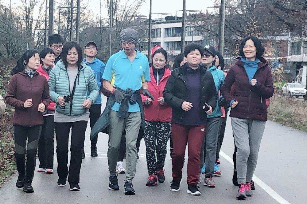 微慢跑隊伍的跑步過程(第一排藍衣者為章旭輝)。 圖/章旭輝 提供