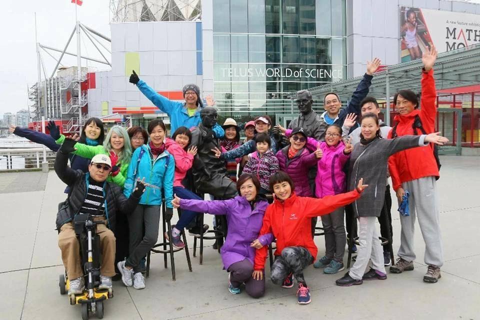 與微慢跑的學員們合照(最後一排戴毛帽者為章旭輝)。 圖/章旭輝 提供